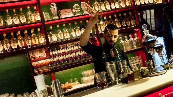 Cocktail pouring, Dr Stravinsky, Barcelona