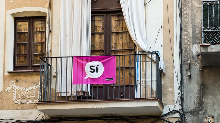 sign saying 'si' on balcony of a house