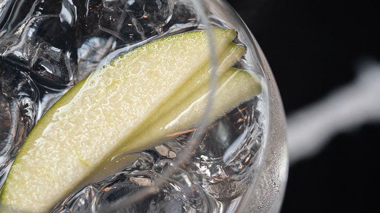Glass with gin, ice and apple, Cornerstone G&T