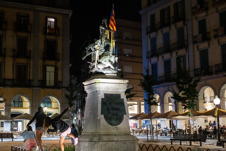 Placa de la Independencia at night, Girona